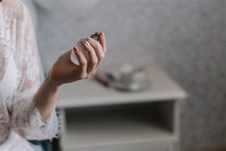 Ein Duft, der lange hält. Wissen Sie, wie man ein Parfüm richtig aufträgt?
